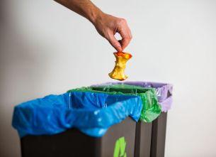 Kosze do segregacji śmieci w kuchni